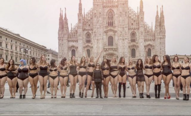 Flash Mob Curvy a Milano: in Piazza Duomo le curvy sfidano la Fashion Week