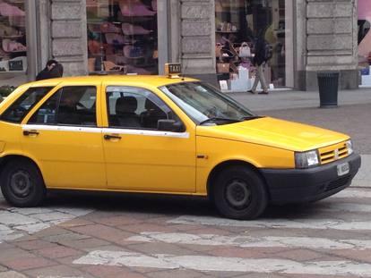 Ultimi taxi gialli di Milano in vendita e non solo.. altri tempi? [fonte immagine http://milano.corriere.it]