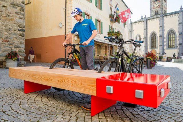 Nasce a Milano la panchina WiFi con caricabatterie per smartphone e bici!