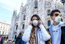 Persone con mascherina davanti Duomo di Milano